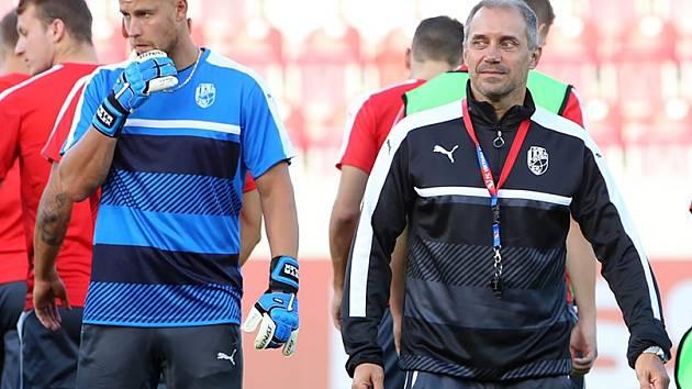 Bez několika reprezentantů se v ligové přestávce musel obejít trenér Viktorie Plzeň Roman Pivarník (vpravo). Kompletní kádr bude mít kouč českého mistra k dispozici až ve čtvrtek