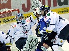 Liberecký  obránce  Martin Rýgl  (vpravo) tlačí Lukáše Hvilu z týmu Plzně  na vlastního brankáře Marka Pince  ve včerejším  čtvrtém utkání  čtvrtfinále play off,  které  skončilo těsnou výhrou domácích Bílých Tygrů