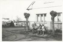 Místní starousedlíci při rozhovoru na návsi v dubnu roku 1992.