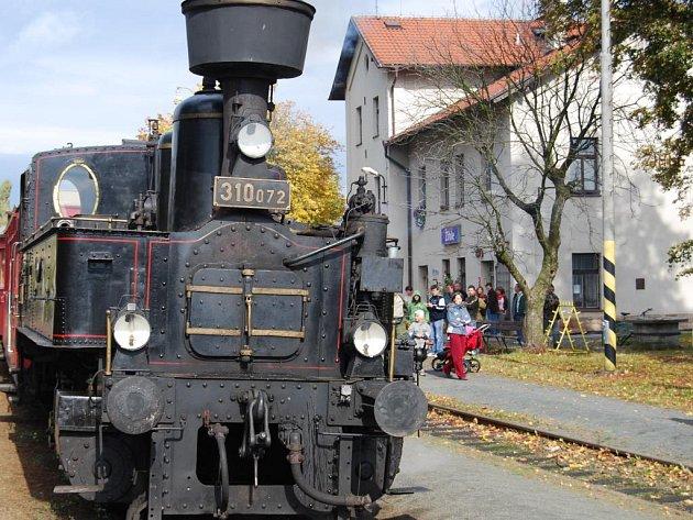 """Nostalgický vlak tažený legendární parní lokomotivou """"Kafemlejnek 310.072"""" se v sobotu díky oslavám Dne železnice v Blatně u Jesenice objevil i na nádraží v Žihli"""