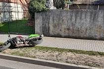 Na výzvu řidič motocyklu nereagoval. Policisté ujíždějící motocykl pronásledovali. Po chvíli řidič s motocyklem havaroval do oplocení rodinného domu v obci Plasy.