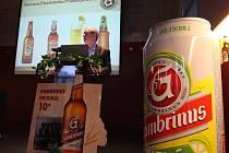Bezinka a citron. To jsou nové příchutě pivních nápojů, které v pivovaru Gambrinus představil generální ředitel Plzeňského Prazdroje Douglas Brodman. Tyto nápoje by podle něj měly oslovit i lidi, kteří pivo běžně nepijí