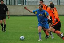 Pavel Vaigl (v modrém dresu) ze Senca Doubravka vsítil jednu ze dvou branek svého týmu v plzeňském derby s celkem SK ZČE.
