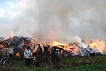V pátek odpoledne došlo k požáru stohu ve Zruči–Senci. Podle našich informací ho ho způsobila místní mládež, která na stohu kouřila