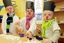 V 51. mateřince se malovalo, stříhalo ilepilo, několik dětí také přišlo v kostýmech sněhuláků