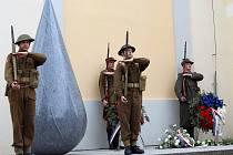 Odhalení památníku Slza válek u kostela sv. Mikuláše na dobřanském náměstí.