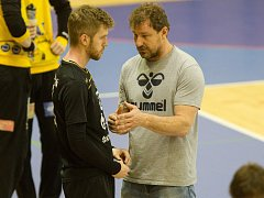 Trenér Michal Tonar udílí pokyny