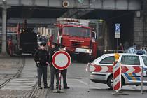 Havárie vodovodního potrubí zastavila dopravu včetně městské hromadné. Policisté řidiče směrovali na objízdné trasy, lidé chodili pěšky.