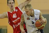 Ústřední postavou a zároveň nejlepším střelcem basketbalistů Lokomotivy byl při výhře nad rezervou Nymburka rozehrávač Václav Honomichl (v bílém)