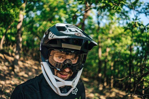 Biker Jakub Říha bude na Špičáku v nadcházejícím závodě evropské série ve sjezdu na horských kolech patřit k českým nadějím.