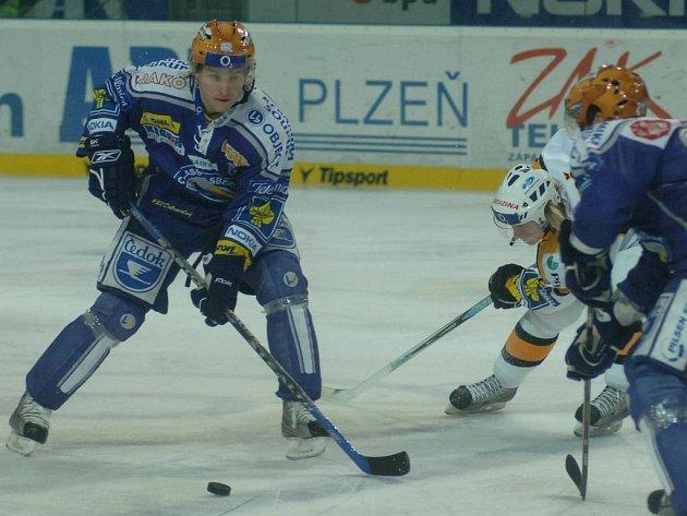 Hokejisté plzeňského Lasselsbergeru (v modrém) vstoupí do roku 2008 dnešním utkáním ve Zlíně
