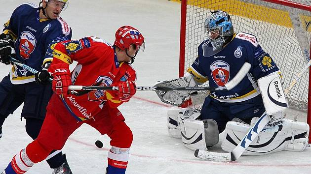 Hokejisté HC Plzeň 1929 (v modrém) porazili v sobotním utkání Tipsport Cupu České Budějovice 3:2 v prodloužení.
