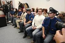Soudní síň byla plná. Na lavici obžalovaných s eskortou zprava Filip Karban, Miroslav Kozmér a Michaela Karbanová (21. 11. před vynesením rozsudku)