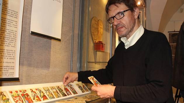 Petr Bílý je předsedou Klubu sběratelů hracích karet a pro Národopisné muzeum Plzeňska připravil výstavu České národní karty, která byla včera zahájena. Trvá do ledna.