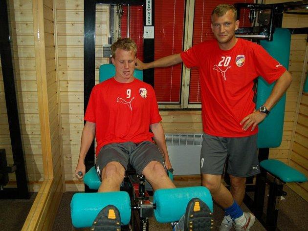 S fotbalisty plzeňské Viktorie už absolvuje kondiční přípravu v Abertamech i čerstvá posila David Limberský (vlevo). Na to, aby poctivě trénoval, na snímku dohlíží Ferenc Róth.