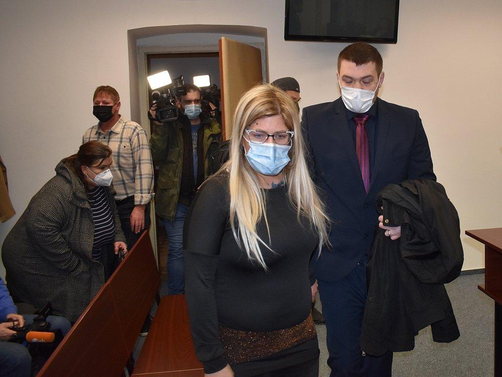 Lukáš Nováček, obžalovaný z toho, že se aktivně zapojil do bojů na Ukrajině, u Krajského soudu v Plzni. Doprovodila ho tam i manželka se dvěma dětmi.