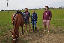 Na farmě Olšovka zkouší zemědělství bez orání. Naráží na úředního šimla. Zleva: Jacob Tetzeli, Barbara Tetzeli a David Sedláček.