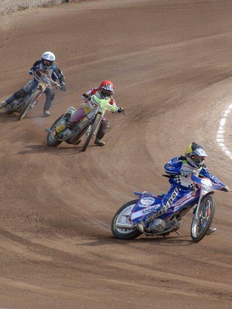 Společně s mistrovstvím republiky juniorských družstev pokračoval včera na oválu na Borech také šampionát nejmladších jezdců na strojích třídy do 125 ccm