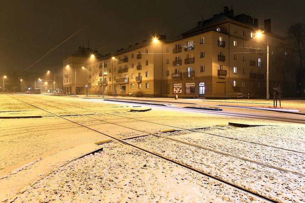 Noční sněžení v centru i okrajových částech Plzně. Na snímku Slovanská alej.