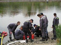 Dobřanští hasiči kromě ostrých zásahů nezapomínají ani na výcvik. Říkají, že díky podpoře města nemají problém ani s dokupováním potřebné techniky, například plovoucích čerpadel