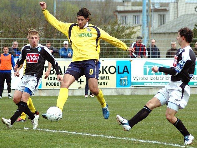 Michal Smejkal (ve žlutém dresu Blšan) střílí gól do sítě Čáslavi v utkání dvacátého kola druhé fotbalové ligy