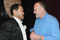 Režisér Tomáš Šimerda (vpravo) a čínský tenorista WeiLong Tao při zkouš– ce opery Adriana Lecouvreur ve Velkém divadle v Plzni