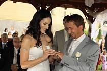 Modelka a moderátorka Lucie Váchová, držitelka titulu Miss ČR 2003, se v pátek v poledne vdala. Po tříletém vztahu si vzala na zámku Zbiroh na Rokycansku jachtaře Davida Křížka