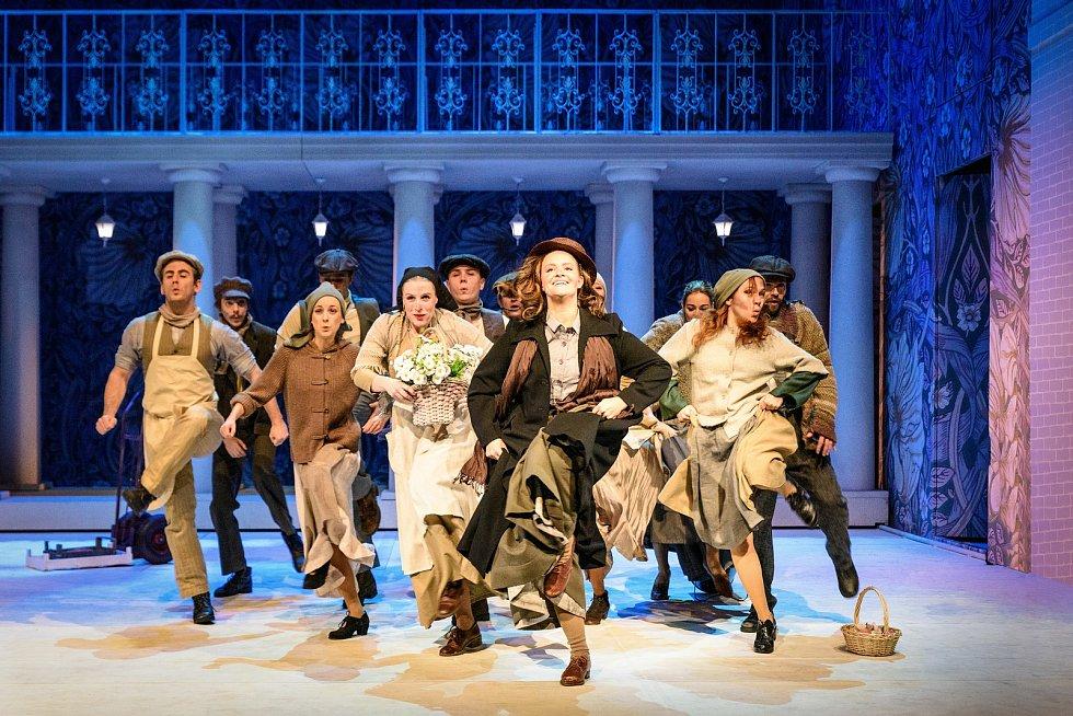 Po devatenácti letech od uvedení posledního zpracování se do repertoáru plzeňského Divadla J. K. Tyla vrací oblíbený muzikál My Fair Lady. Lízu Doolittleovou ztvární Charlotte Režná (vpředu).