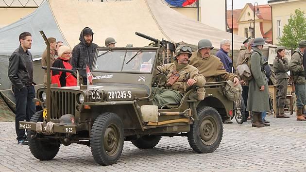 Oslavy osvobození v Dobřanech provázela i scénka kapitulace Němců