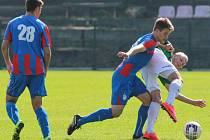 Juniorka Viktorie Plzeň (hráči v červenomodrém) urvali ve včerejším zápase s Jabloncem bod, přestože prohrávali už 0:3