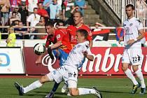 Milan Petržela  pálí  za dohledu Daniela Koláře na branku Slovácka v nedělním utkání, které Viktoria Plzeň vyhrála  po skvělém výkonu 3:0 a v lize se znovu ujala vedení