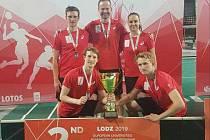 Stříbro Západočeské univerzity v Plzni je historicky první českou univerziádní medailí v týmové soutěži badmintonistů.Členové týmu (zleva): Jan Louda, Ondřej Král (spodní řada), Jiří Louda, trenér Josef Rubáš, Sabina Milová (horní řada).