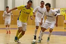 Futsalisté Indossu Plzeň (na snímku v bílých dresech) nechtějí svůj návrat mezi elitu proměnit jen v jednoroční epizodu v nejvyšší soutěži.