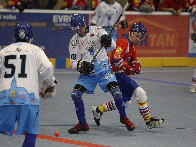 Ve finále třetího ročníku mezinárodního turnaje v hokejbalu Pilsen Cup porazil tým Nitrianski Rytieri (v modrobílém juniorskou reprezentaci ČR 4:0
