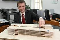 Technický náměstek primátora Petr Rund ukazuje možnou podobu parkovacího domu na Rychtářce