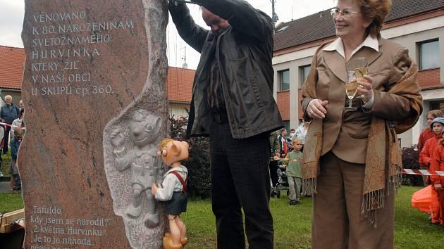 Helena Štáchová a Martin Klásek při odhalení Hurvínkova Veselého pomníku v Chrástu v květnu 2006.
