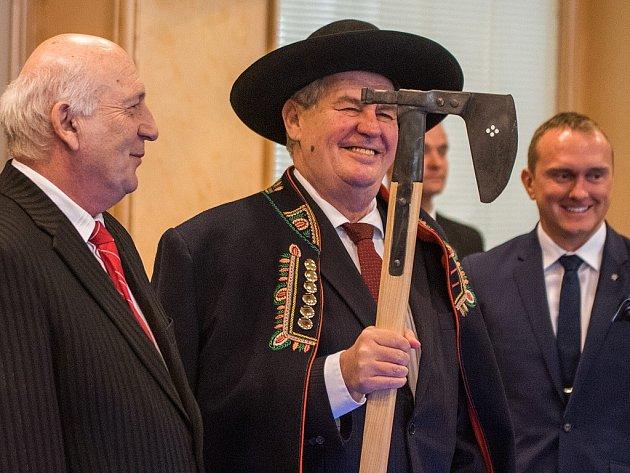 Prezident dostal od hejtmana chodský kabát, klobou a čakan