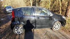 Při dopravní nehodě u Vejprnic se auto přetočilo přes střechu.