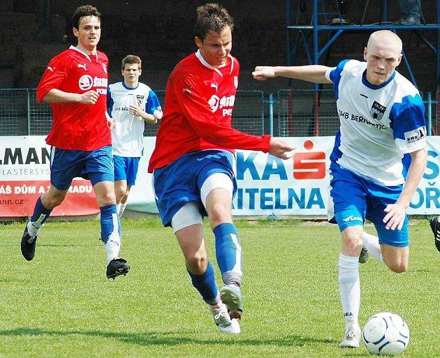 Jiří Schuster z Vlašimi (vpravo) se snaží uniknout Antonínu Preslovi z Viktorie Plzeň B v sobotním utkání České fotbalové ligy.