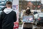 Před Plazou protestovali proti zabíjení kaprů.