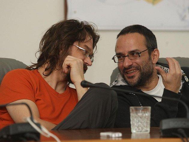 Zpěvák Dan Bárta (vlevo) spolu s režisérem Zdeňkem Suchým ve čtvrtek představili na plzeňské radnici svůj film Nebe na Plzní.