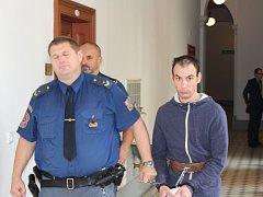 Třikrát bodl kolegu z práce do břicha. Hrozí mu až 18 let vězení. Sám si nic nepamatuje