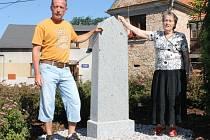 Předsedkyně Židovské obce v Plzni Eva Štixová (vpravo) se synem Romanem Štixem dorazili na včerejší odhalení pomníku. Židé ve Štěnovicích žili od šestnáctého století