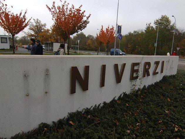 Zloději barevných kovů  vyrazili na univerzitní areál na Zeleném trojúhelníku, kde nejenom  kradli střešní krytinu a okapy, ale i zhruba dvoukilová písmenka z názvu prestižní instituce