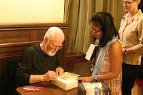 O autogramiádu Roberta Fulghuma byl velký zájem, na podpis se stály fronty.