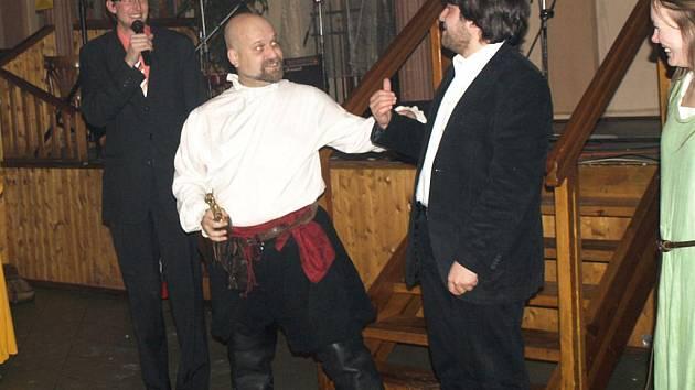 Šermíř Petr Schleiss převzal na šermířském bále Zlatou Xenu za přínos plzeňskému šermu
