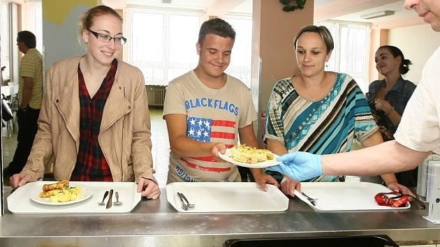 Zdravě, chutně a z regionálních potravin. Tak se teď snaží vařit v jídelně Akademie hotelnictví    a cestovního ruchu v Plzni, jež se zapojila do celostátního projektu Skutečně zdravá škola