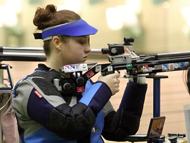 Střelkyně Nikola Mazurová během kvalifikace ve vzduchové pušce 40 ran na 10 metrů. Olympionička vyhrála první den závodu, druhý den Grand Prix Plzeň skončila čtvrtá.