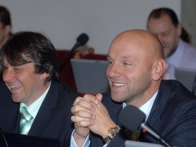 Předseda představenstva PMDP Petr Štrunc (vpravo) dnes slíbil zastupitelům, že maximální odměna ředitele PMDP nepřesáhne ročně dva miliony korun