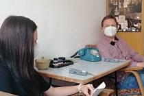 Studenti Střední průmyslové školy stavební v Plzni natočili během jednoho měsíce dokument o tom, že nejsou ztracenou covidovou generací. Na snímku z natáčení studentka Kristýna Nováková a učitel Aleš Kavalír.